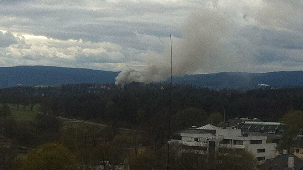 Røykskyen fra brannen kunne sees fra lang avstand. Det er foreløpig ikke meldt om skadde.