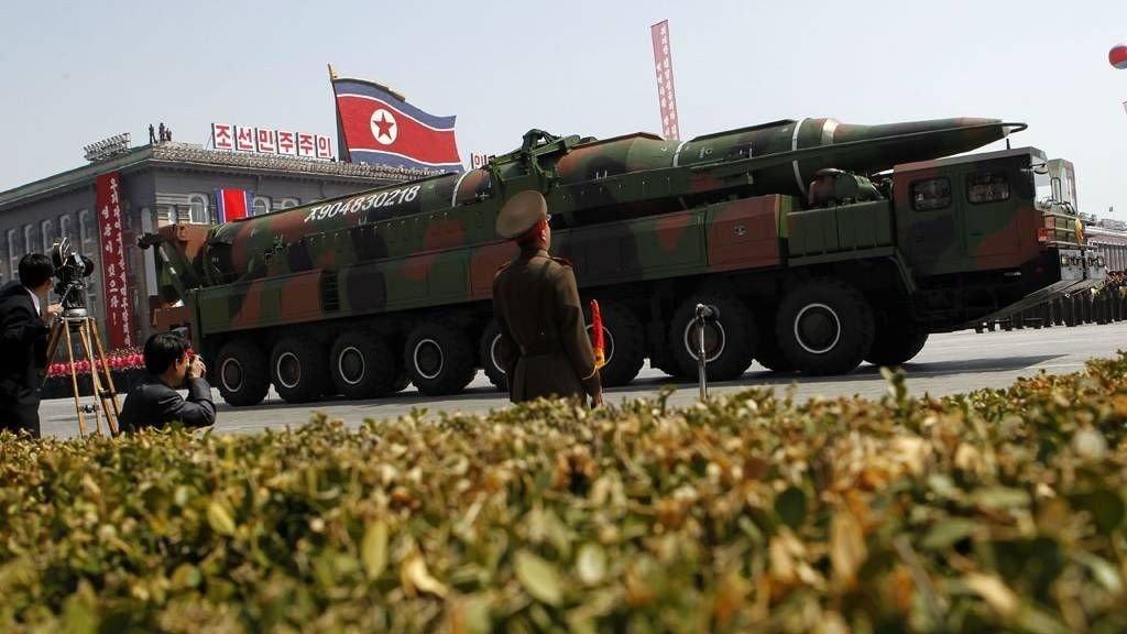 15. april: Nordkoreanere holder en parade med flunkende nye langdistansemissiler, to dager etter den mislykkede rakettoppskytingen.