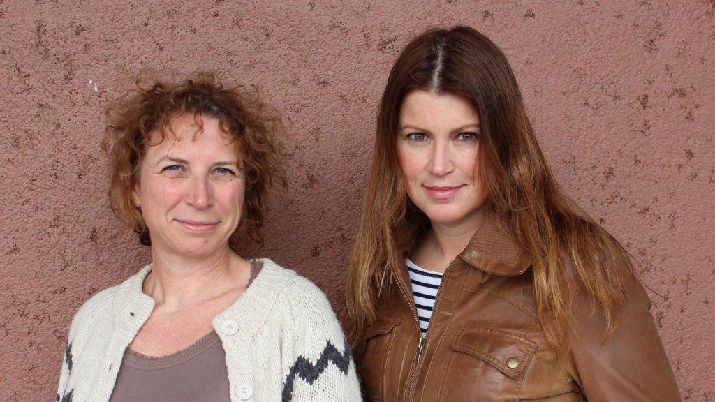 Fra venstre: Janne Kjellberg er journalist og jobber med kultur og samfunnsstoff i NRK P2. Hun har laget flere radiodokumentarer om papirløse for NRK. Caroline Rugeldal er utdannet sosiolog og jobber som vaktsjef i Dagsnytt 18, NRK. Rugeldal har laget flere radiodokumentarer om papirløse for NRK.