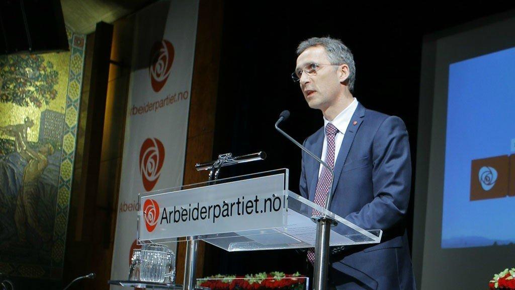 Statsminister Jens Stoltenberg innleder om den politiske situasjonen ved åpningen av Arbeiderpartiets landsstyremøte i Oslo Arbeidersamfunn tirsdag.