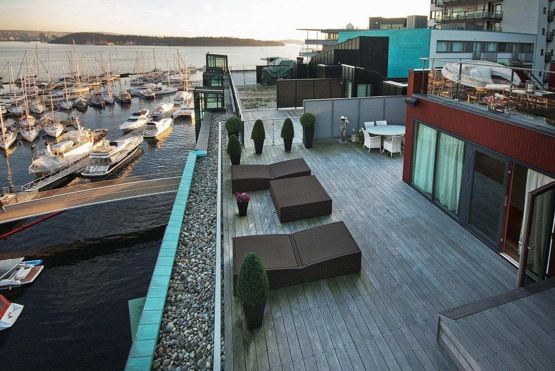 NYDELIG: Fra terrassen i 7. etasje får kjøperen av toppleiligheten på Tjuvholmen utsikt mot innseilingen til Oslo, Ekeberg og Aker Brygge.