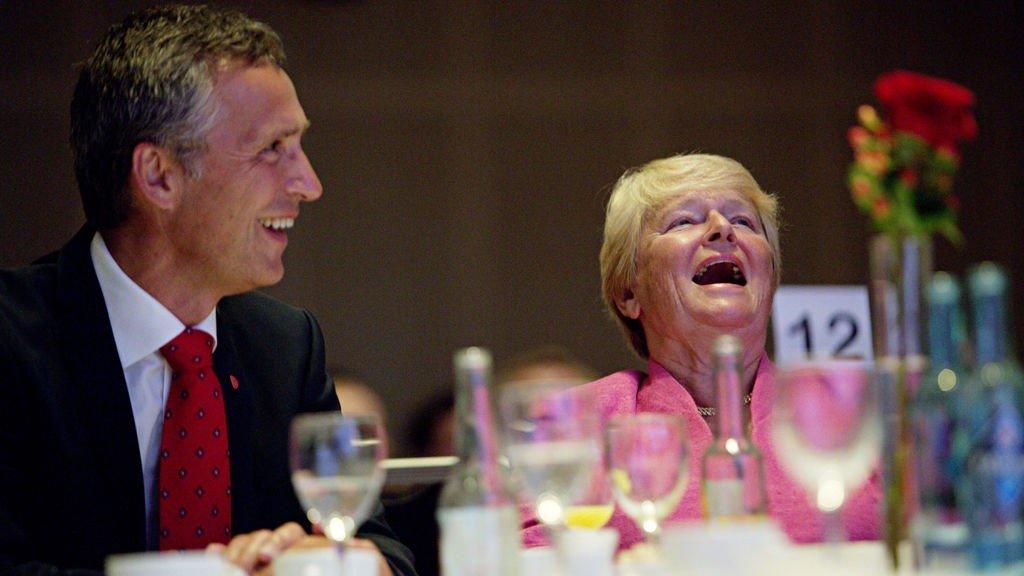Arbeiderpartien fyller 125 år. Jens Stoltenberg og Gro Harlem Bundtland ler av Ingrid Bjørnov under jubileumsmarkeringen i Folkets hus i Oslo.