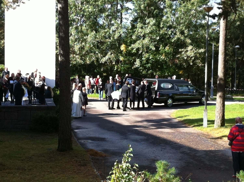 Sigrid Giskegjerde Schjetnes kiste blir båret ut av kirken etter seremonien.