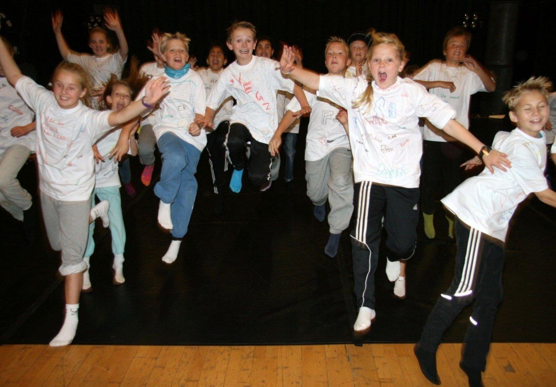 DANS: Disenelever fra sjetteklasse hadde en noe annerledes skoledag mandag, med danseundervisning fra proffe engelske dansere på Trikkehallen på Kjelsås.
