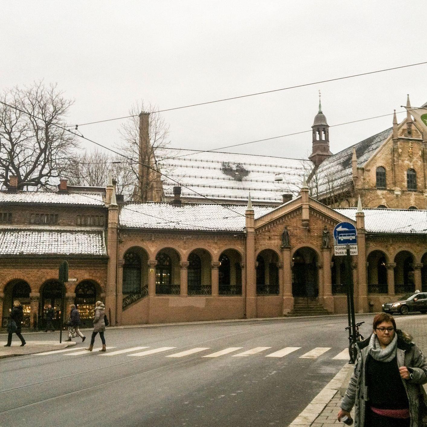 SMELT: Dette hjertet åpenbarte seg på taket av Oslo domkirke under snøsmeltingen denne uka.