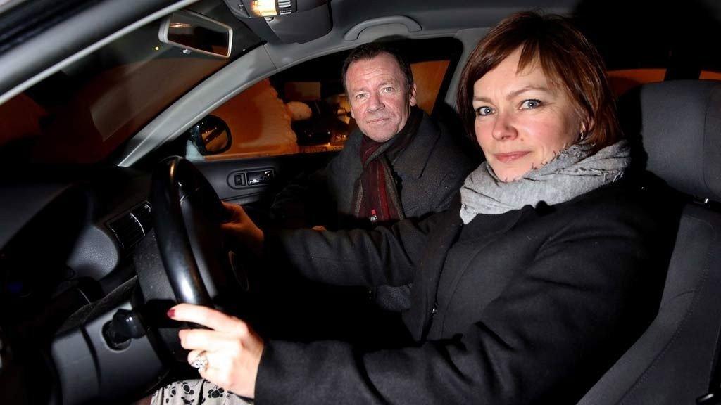 Roger Ingebrigtsen har overlatt rattet til kona Lene Hansen etter at han mistet førerkort på grunn av en fartsovertredelse.