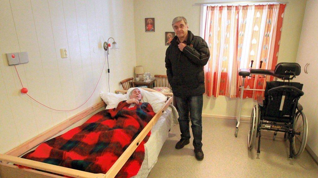 GÅR UNDERSKUDD: Knut Lilleåsen undrer seg over at hans far Thorbjørn i kommunal omsorgsbolig avkreves nesten like mye i betaling til kommunen som det den snart 92 år gamle mannen har i inntekt. Foto: Ole-Johnny Myhrvold