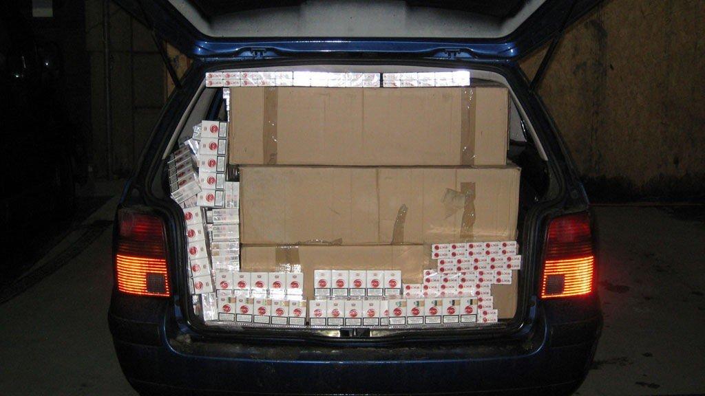 FULLASTET: Hele den polske varebieln var stappet med sigaretter. I bilen fant tollvesenet 194.600 sigaretter. Det er 9.730 20-pakninger.