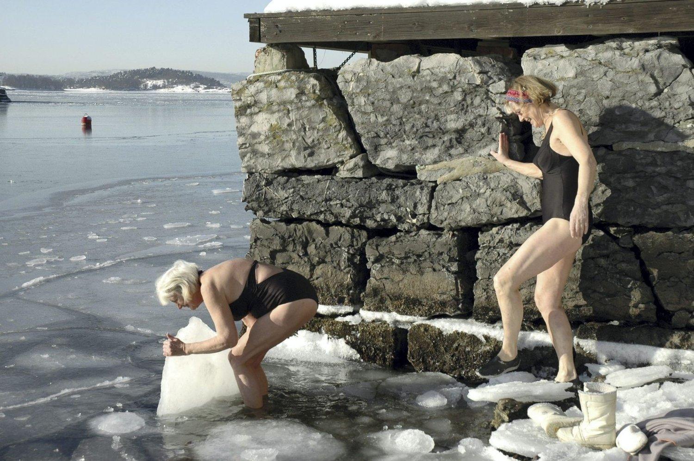 ALLE SNAKKER OM VÆRET: Er klimat i endring, isbadet de for 200 år siden, og vil vi gjøre det om 200 år? Hovedstadens vær blir satt i fokus, onsdag neste uke. Her glade isbadere i 2009.