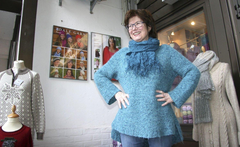 """POPULÆR: """"Dorthe-genseren"""" er fortsatt veldig populær, Iren Jørgensen i Strikkeriet på Frysja er i gang med å stikke sin åttende! FOTO: Kristin Tufte Haga"""