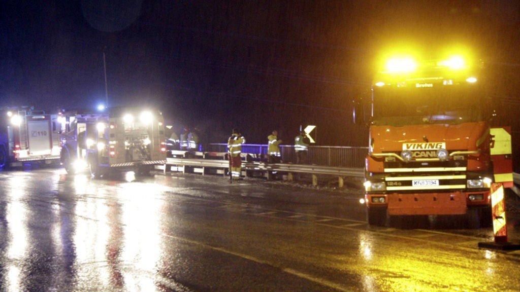 Redningsmannskaper i arbeid på stedet der to personer mistet livet da et vogntog torsdag morgen kjørte utfor veien ved Ådlandsbrua på E39 på Stord.