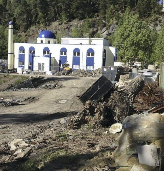 RYDDEKRAV: Tauheed Moske i Olaves Hvervens vei har vært under bygging i to år og mye søppel har samlet seg på tomten. Nå ber bydelen om bistand for å få ryddet opp.