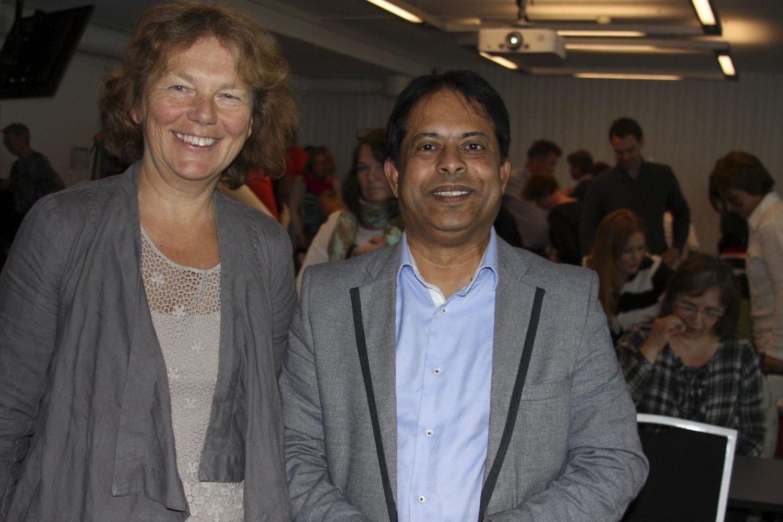 """SVÆRT POSITIVT: Gunn Eikeseth Indrevær og Jamil Syed i Bydel Alna informerte nysgjerrige ansatte fra hele Oslo om prosjektet """"Bo sammen"""", der folk møtes i regi av borettslagets kursdeltakere, for å bli mer sosiale og bidra til et bedre miljø."""