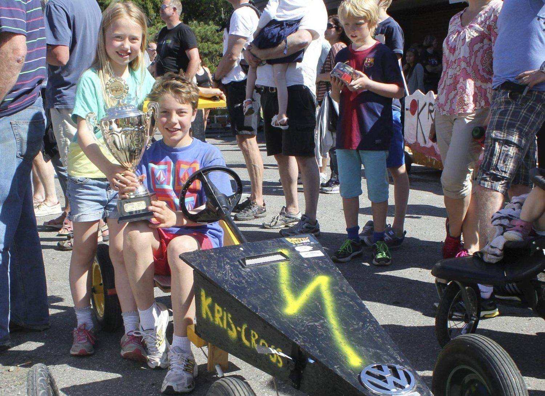 VANT: Kristoffer Vincent Prøsch (12) og søsteren Iben Sofie (8) med Kristoffers seierstrofé og Kris-Cross.