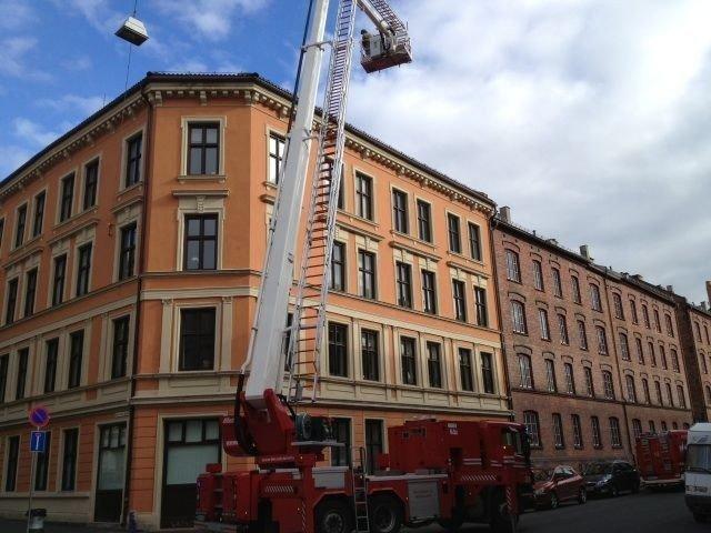 Røykutvikling Motzfeldts gate grunnet røykutvikling fra tak. 4 brannbiler på stedet. 1890-bygård over 4 etasjer.