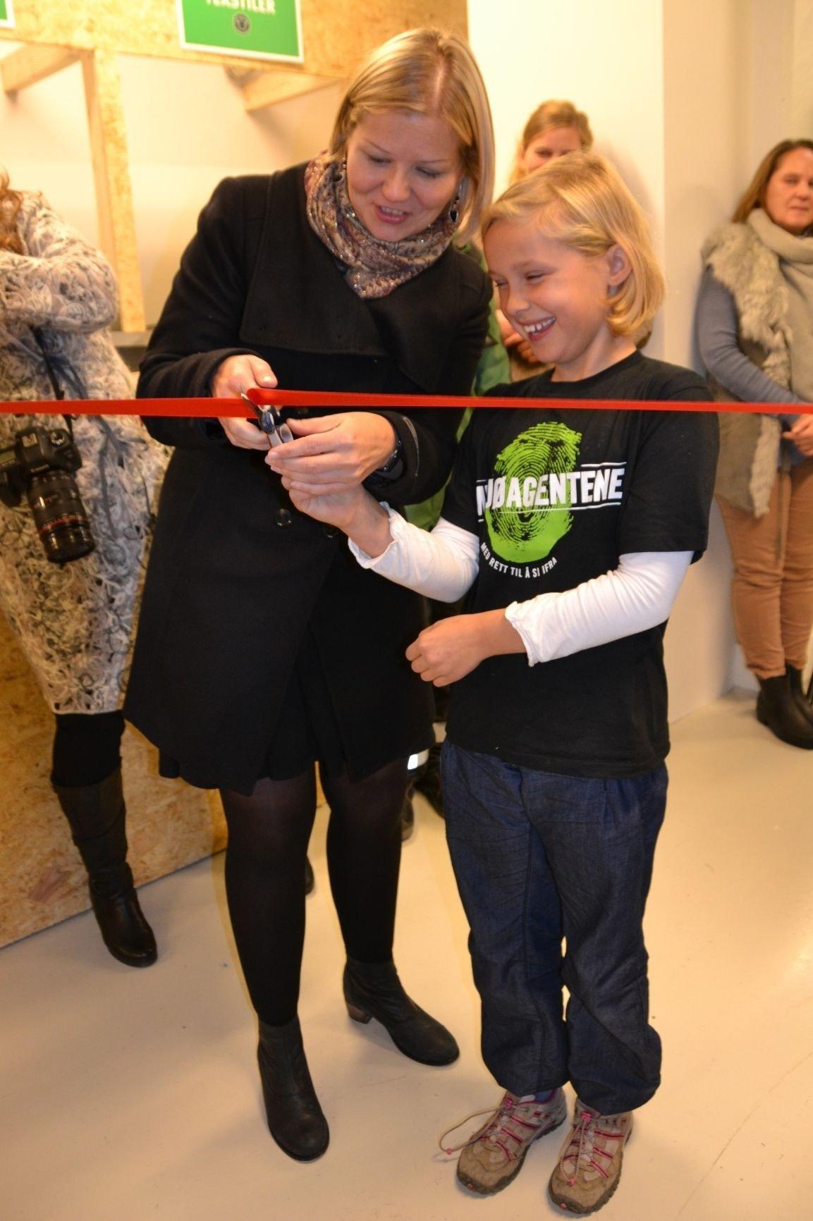 Byråd Guri Melby deler saksen med miljøagent Oda Husby (8), da hun åpnet minigjenbruksstasjon på Løren i går.