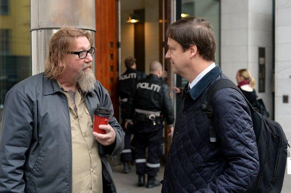 John Christian Elden (t.h.) krever at Rune Olsgaard og Hells Angels får igjen huset sitt i påvente av en rettssak.