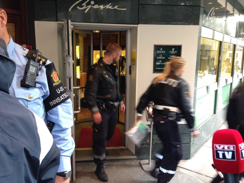 RANSFORSØK: En person forsøkte å rane med seg dyre klokker hos Urmaker Bjerke i Prinsens gate tirsdag formiddag.
