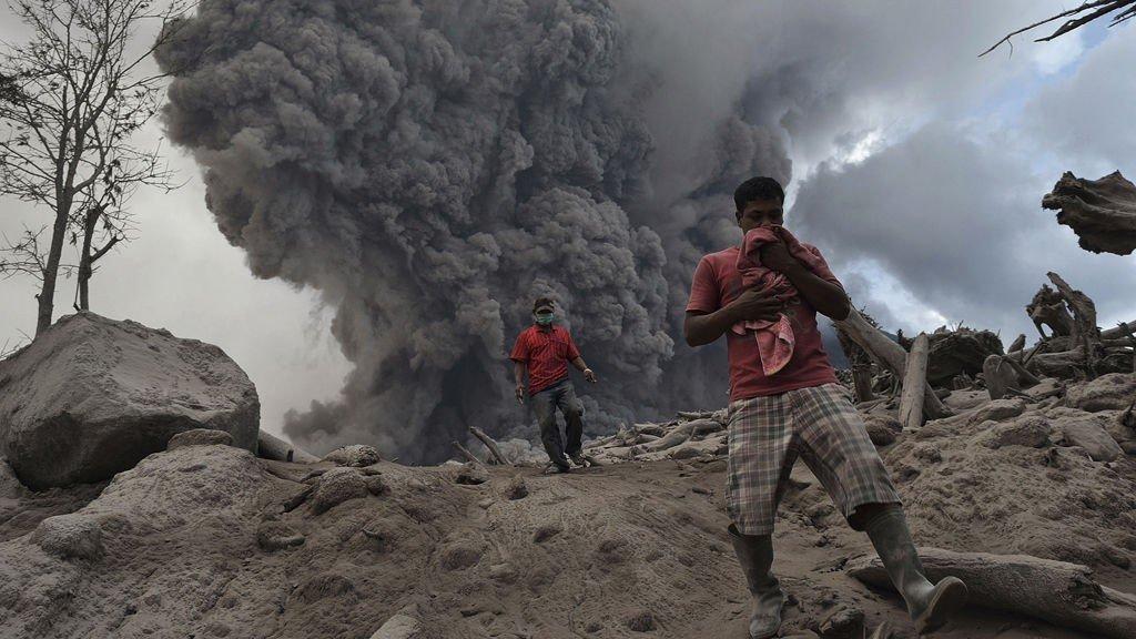 Folk flykter fra vulkanen Sinabung på Sumatra, som nok en gang har hatt utbrudd.
