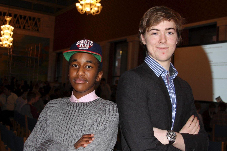 SAME, SAME, BUT DIFFERENT: Burhan Ahmed (15) fra Veitvet og Aksel Kolstad (16) fra Holmenkollen møtes til debatt: – Bare tilfeldig at han ikke har på seg slips, gliser Burhan. (Foto: Julie Messel)