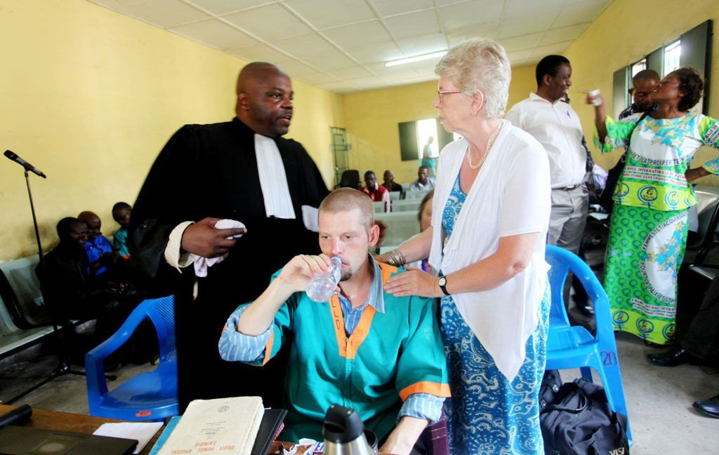 Joshua French og forsvarer Marie André Mwila Kayembe (t.v) og Kari Hilde French (t.h) i rettssalen under saken mot French i Kinshasa tirsdag.