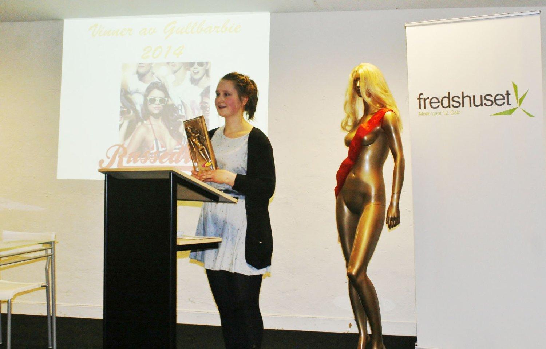 GULL: Andrea Sjøvoll, leder i PRESS, presenterte vinneren.