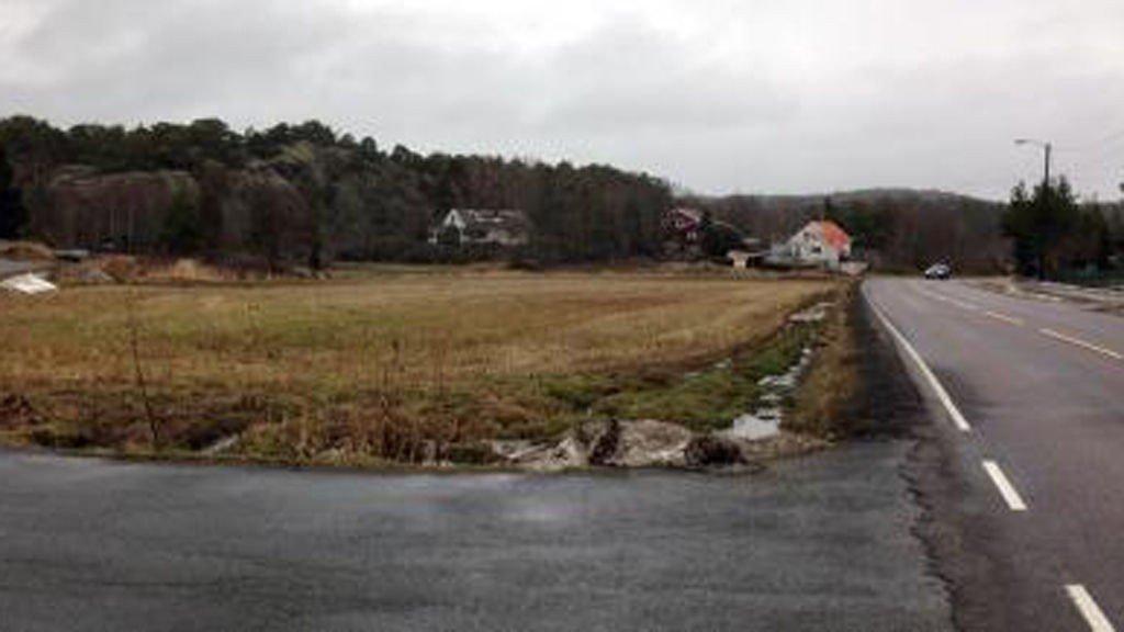 LANDINGSPLASS: Ambulansehelikopteret brukte dette jordet som landingsplass, for å få fraktet det sterkt nedkjølte barnet til sykehus.