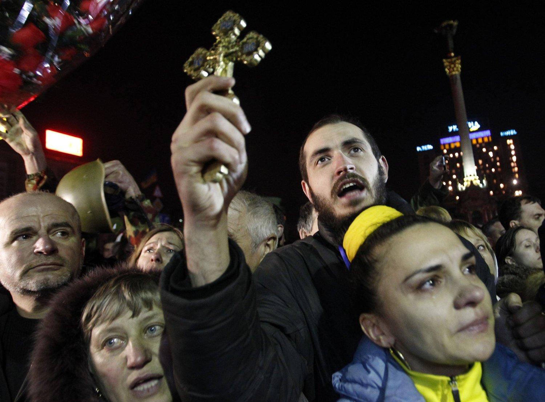 Militante grupper blant demonstrantene i Kiev truer med mer vold hvis ikke Ukrainas president Viktor Janukovitsj går av.