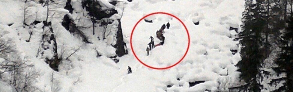 Reddes ut: Isklatreren som falt 30 meter blir reddet ut av rednignsmannskapet på stedet. Foto: Asbjørn Torgersen