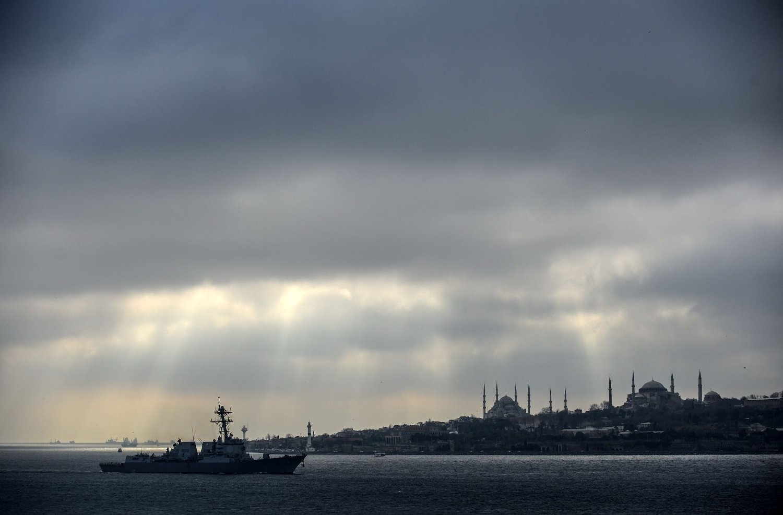 GJENNOM BOSPOROS: Et amerikansk marinefartøy gikk fredag gjennom Bosporos-stredet i Istanbul på vei mot Svartehavet. Samtidig kommer meldinger om russiske tiltak mot den ukrainske flåten.
