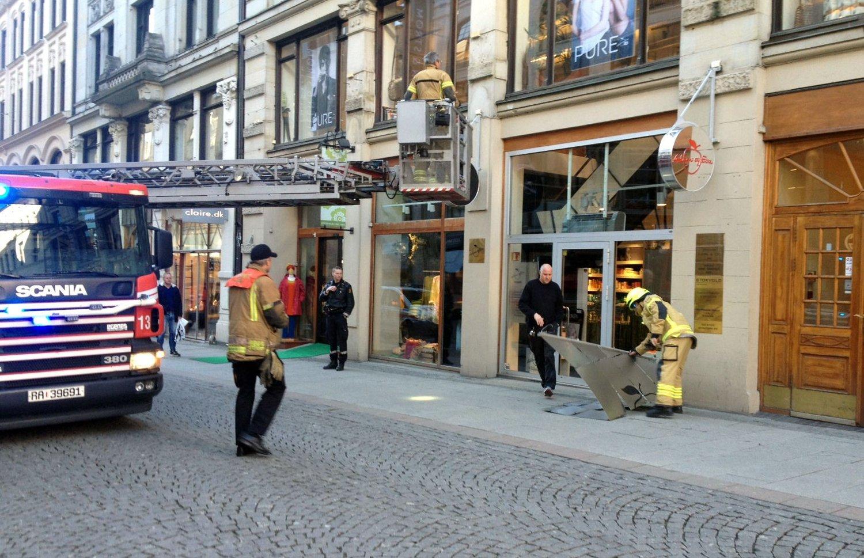 Brannvesenet sørget for å ta ned resten av skiltet som hadde falt ned på en eldre kvinne.