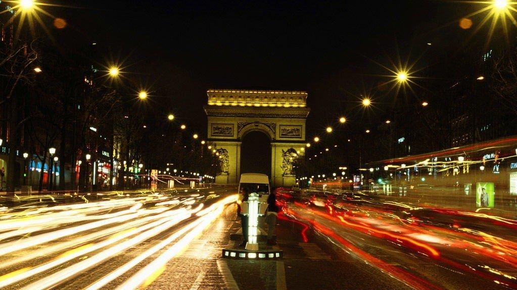 Champs-Élysées, det mest kjente gatestrekket i Paris, er nesten to kilometer lang og som regel tettpakket med motorkjøretøy av ymse slag.