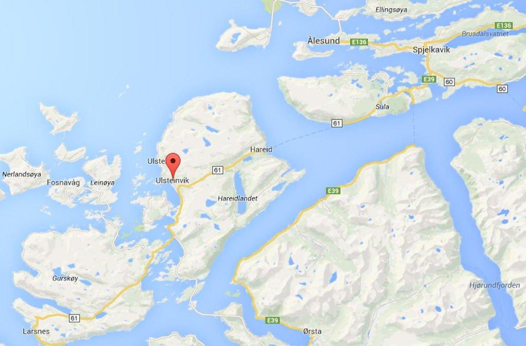 SENDTE DYKKERE: Mannen i den 20 fots båten er nå tatt om av redningspersonell.