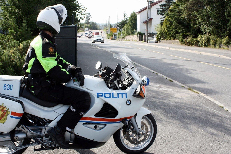 Den 26 år gamle mannen var ikke oppmerksom på at det lå en motorsykkelpatrulje fra politiet bak han på Ring 3 da han dro opp på bakhjulet.