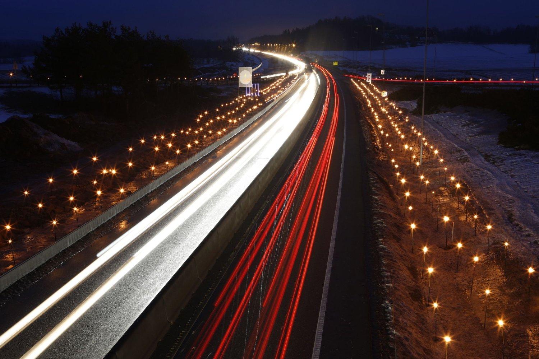 Tente fakler langs E18 i under arrangementet Lys til ettertanke i Stokke i Vestfold. Den nye trafikksikkerhetstiltaksplanen har som mål at antall lys her skal reduseres med 20 prosent.