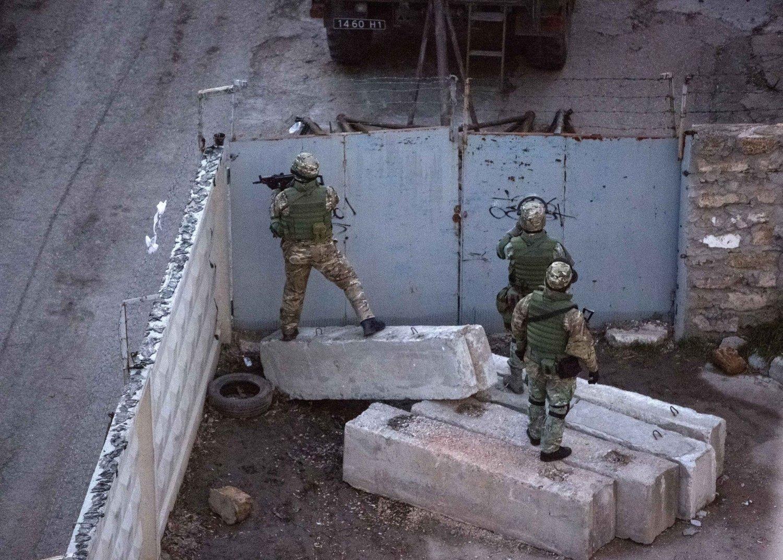 SPENT: Ukrainske soldater har fått grønt lys til å skyte. Bildet viser uidentifiserte bevæpnede soldater.