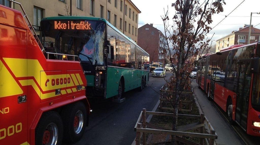 STORE FORSINKELSER: To busser kolliderte på Carl Berner i morgenrushet mandag.