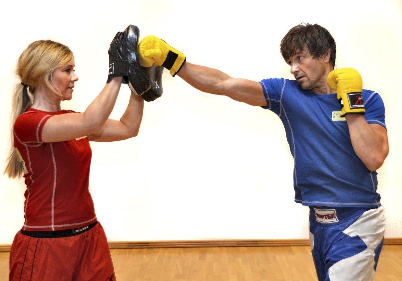 KICKBOKSING: Kathrine og Terje Wick Andresen demonstrerer hvordan treningen på Camp Kalori kan se ut.