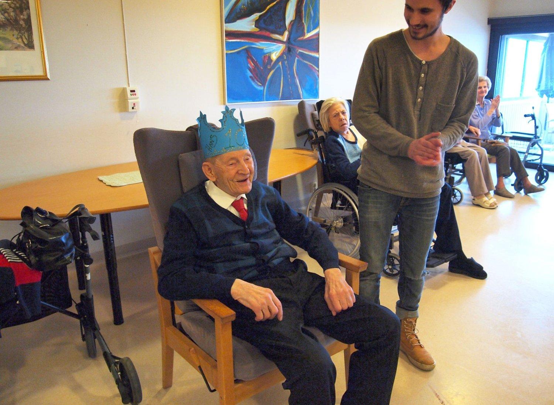 BURSDAGSBARN: Da Hans Egil Lørendal fylte hundre år fikk han krone og sang av Rønningjordet barnehage.