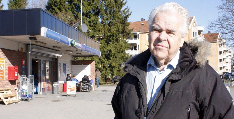 BEKYMRET: Sigbjørn Thorud har bodd på Bergkrystallen i 60 år og frykter at en høyblokk i 13 etasjer der Narvesen er i dag, vil ødelegge området. – Det er ikke strøkstilpasset, sier han.
