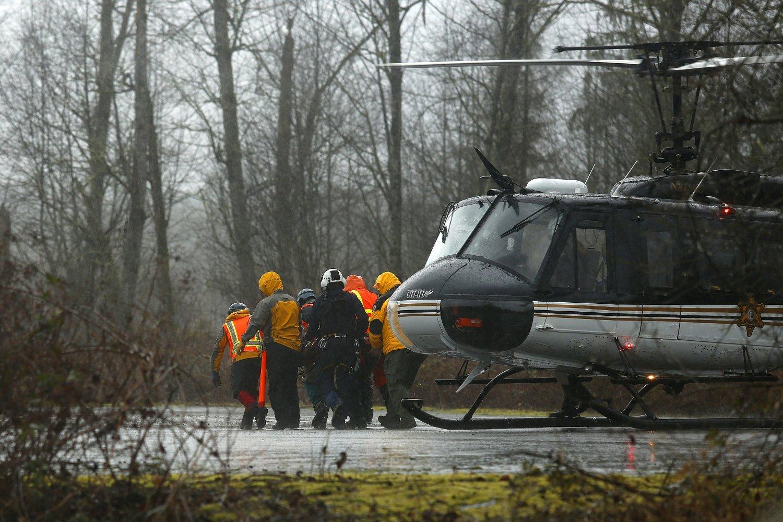 REDNINGSMANN SKADET: Et helikopter frakter bort en redningsmann som ble skadet i søket etter overlevende etter jordraset i landsbyen Oso i delstaten Washington.