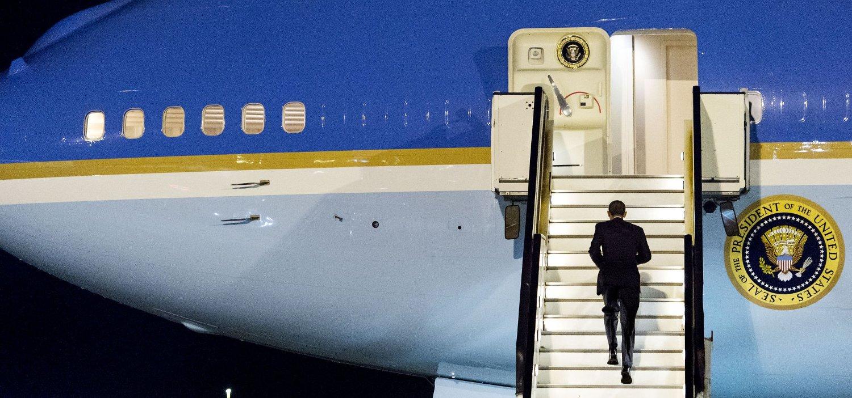 USAs president Barack Obama går ombord i Air Force One etter besøket i Amsterdam.