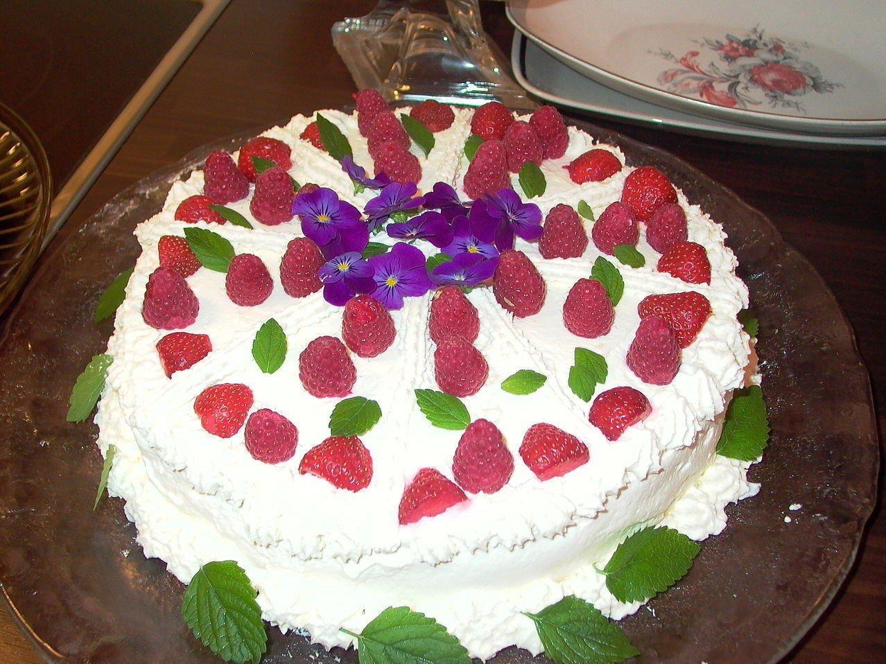 Jenta opplevde at moren trykket ansiktet hennes ned i kaken som hun hadde fått av noen naboer. (Illustrasjonsbilde)