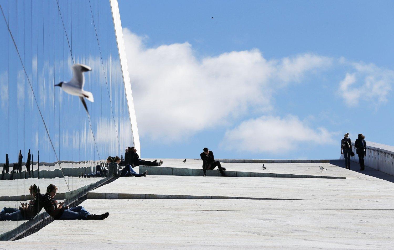 Våren har kommet til Oslo, og flere koste seg i sola rundt Operaen i Oslo tirsdag formiddag. Nå blir det mer sol og opp mot 15 grader til helgen.