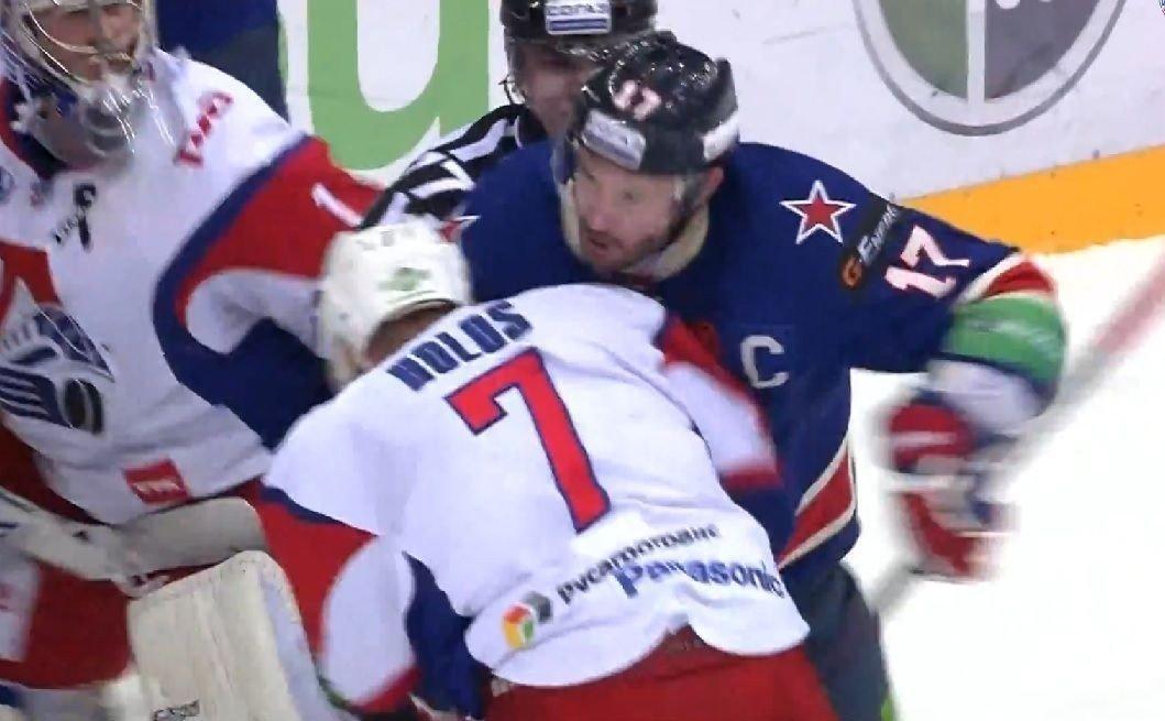 SLÅSS: Her slåss Jonas Holøs mot SKA St. Petersburg-stjernen Ilja Kovaltsjuk.