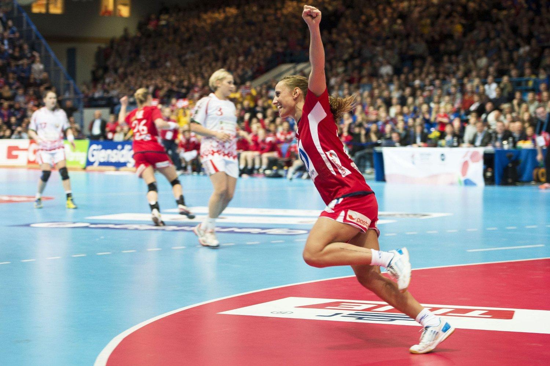 JUBLET: Camilla Herrem og de norske håndballjentene kunne juble etter avansementet til EM-sluttspillet.
