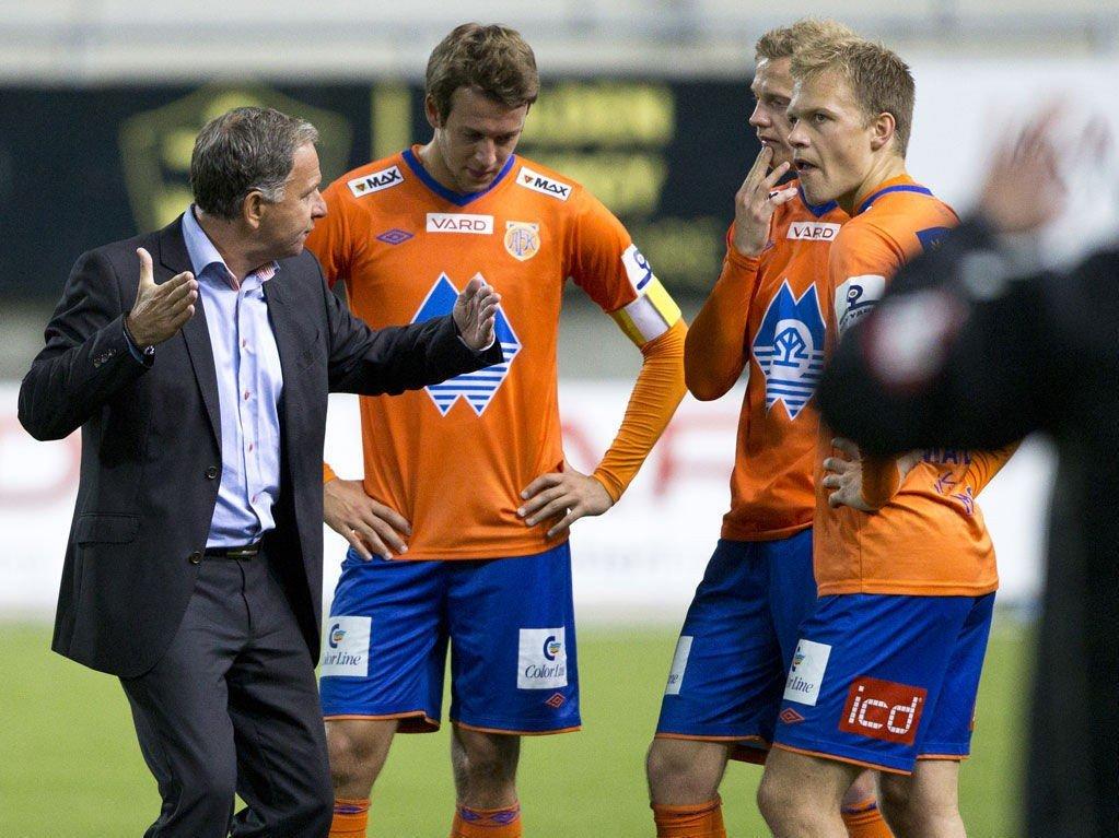 DOMINERTE: Jan Jönsson fikk se gode takter fra Jo Nymo Matland (fra høyre), Petter Orry Larsen og Jonatan Tollås Nation. Her fra en tidligere kamp.