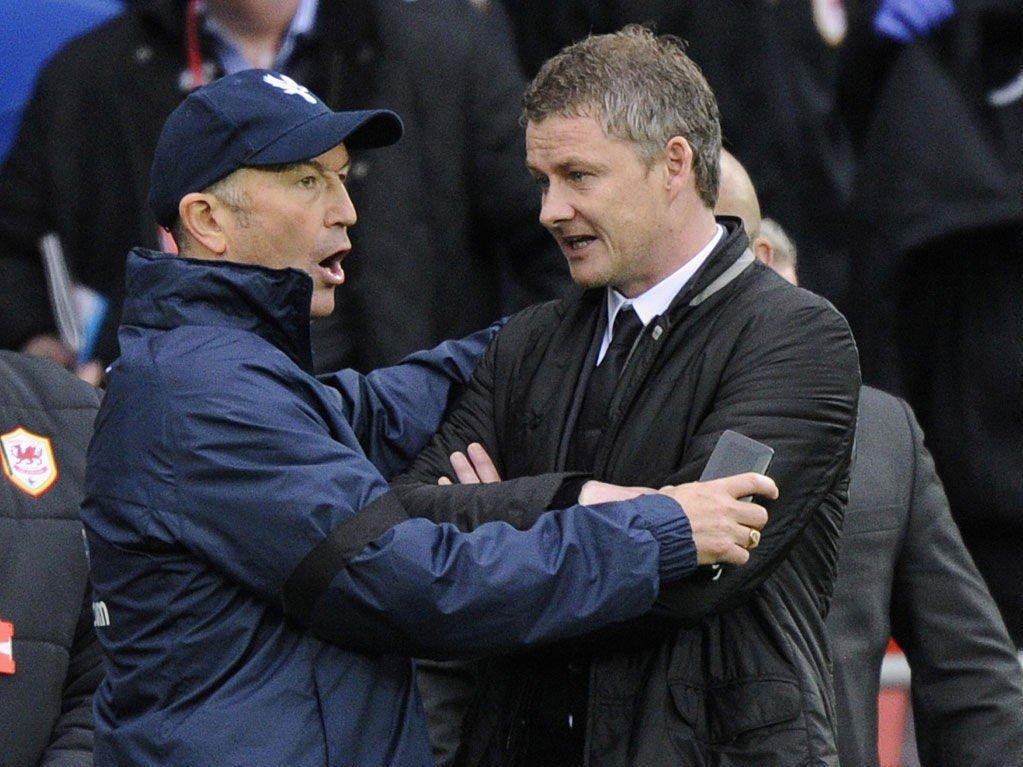 GIR IKKE OPP: Ole Gunnar Solskjær nekter å resignere, tross nok et forsmedelig tap. Her i samtale med Crystal Palace-manager Tony Pulis etter kampslutt lørdag.