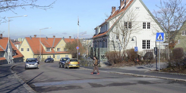 VANSKELIG Å KRYSSE: Beboere i Ekebergskråningen synes det er vanskelig å krysse Valhallveien, her ved Simensbrekka, etter at de oppmerkede gangfeltene forsvant.