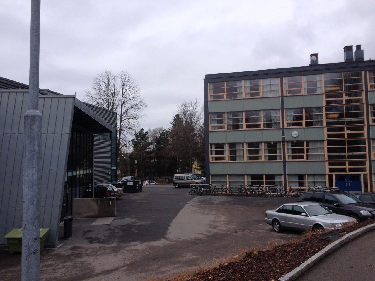 ELEV TIL LEGEVAKT: En jente ble skadet etter at en takplate falt ned inne på Hovseter skole.